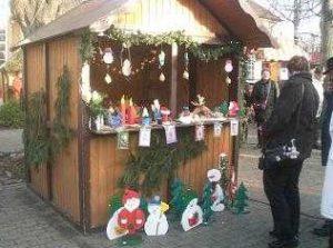 In zahlreichen liebevoll geschmückten Buden werden weihnachtliche Produkte angeboten.